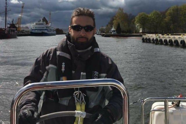 Instruktor na obozie szkoleniowym.<br /> <br /> Jachtowy Sternik Morski, Motorowodny Sternik Morski, posiada certyfikat ITR. Od ponad 20 lat związany z żeglarstwem, pełnie szczęścia osiąga przy ognisku śpiewając szanty, nie odrzuca żadnego pomysłu na przygodę i dobra zabawę.