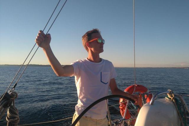 Instruktor na rejsach szkoleniowych.<br /> <br /> Przykład tego co może wyrosnąć z uczestnika różowiatrowych imprez. 10 lat temu kursant na rejsie szkoleniowym, teraz żegluje po jeziorach, morzach, oceanie (na razie jednym) i szkoli swoich następców.
