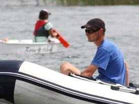 Instruktor Optymistyczny.<br /> <br /> Uczy najmłodszych uczestników naszych kolonii łapać wiatr w żagle naszych najmniejszych jachtów - klasy Optymist.