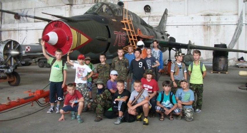 obóz młodzieżowy - samolot wojskowy