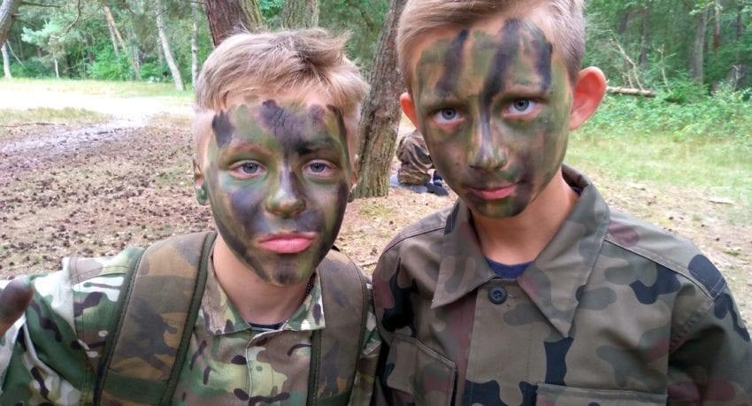 Obóz militarny w mundurach