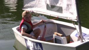 Optymisty Pierwszy Krok, Pływanie na łódce